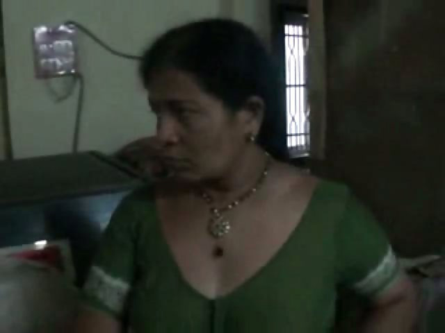 Porno Video of Mature Indian Bhabhi Changing