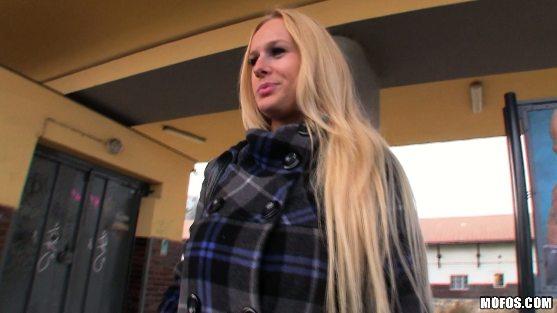 Porno Video of Gorgeous Blonde With A Sexy Smile Gets Picked Up At The Train Station