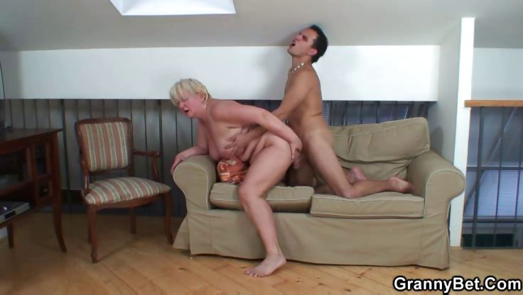 Sex Movie of Cumshot On The Granny Slut