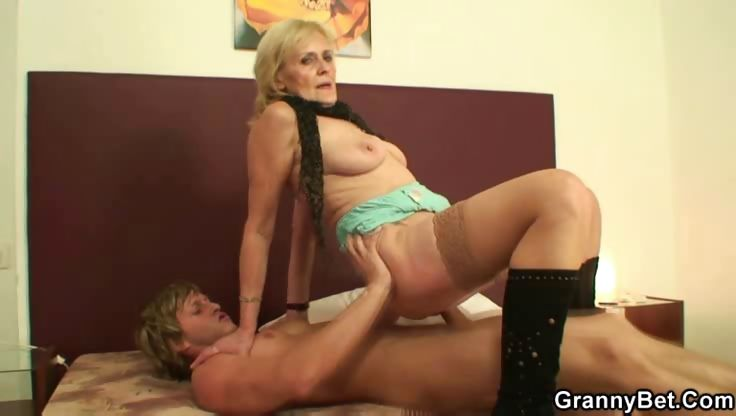 Porno Video of Cums On Granny Pussy