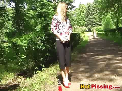 Porno Video of Gal Pees In The Park
